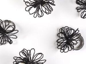 חבק פרח שחור